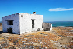 Casa di Delapidated sulla roccia Fotografia Stock Libera da Diritti