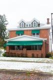 casa di era degli anni 20 con le tende verdi Immagine Stock