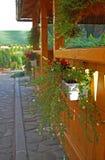 Casa di estate con i fiori fotografia stock libera da diritti