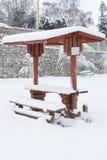 Casa di estate coperta di neve Immagini Stock