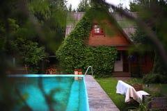 Casa di estate del paese con l'edera con la piscina Fotografia Stock