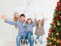 Casa di famiglia allegra vicino all'albero di Natale Fotografia Stock