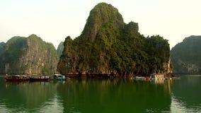 Casa di galleggiamento nella baia di Halong sul tramonto archivi video