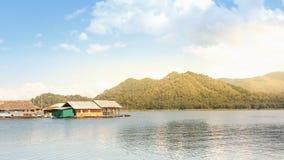 Casa di galleggiamento sull'acqua con il fondo della natura a Chiangmai Immagini Stock Libere da Diritti
