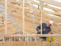 casa di inquadramento del carpentiere Immagine Stock Libera da Diritti