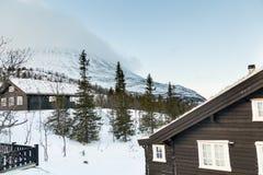 Casa di inverno in montagne immagini stock