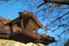 Casa di legno affinchè gli uccelli si alimentino Fotografia Stock