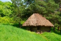 Casa di legno autentica del paese verde Immagini Stock Libere da Diritti