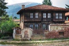 Casa di legno bulgara nel kotel della città Fotografia Stock