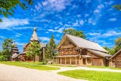 Casa di legno C della via del villaggio di Vitoslavlitsy di architettura del museo Fotografie Stock