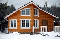 Casa di legno classica in città rurale Fotografie Stock Libere da Diritti