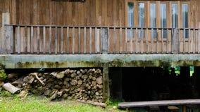 Casa di legno con il ceppo Fotografie Stock Libere da Diritti