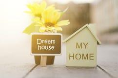 Casa di legno con il contrassegno per il concetto di ipoteca e del bene immobile fotografia stock