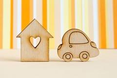 Casa di legno con il foro sotto forma di cuore con l'icona dell'automobile sul ora Immagine Stock