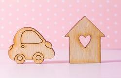 Casa di legno con il foro sotto forma di cuore con l'icona dell'automobile sul perno Immagine Stock Libera da Diritti