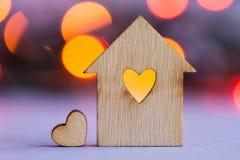 Casa di legno con il foro sotto forma di cuore con poco cuore sopra Immagine Stock Libera da Diritti