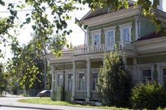 Casa di legno con le decorazioni scolpite fotografia stock
