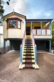 Casa di legno con una scala lunga immagine stock