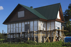 Casa di legno coperta da stagnola termica Fotografie Stock Libere da Diritti