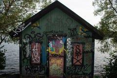 Casa di legno coperta nei graffiti a Stoccolma immagini stock