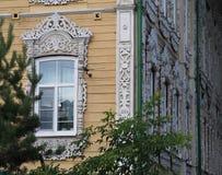Casa di legno d'annata con le finestre decorative Fotografie Stock