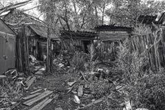 Casa di legno dei bassifondi del villaggio distante Fotografia Stock Libera da Diritti