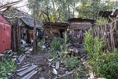 Casa di legno dei bassifondi del villaggio distante Immagini Stock