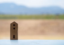 Casa di legno del giocattolo con il fondo della sfuocatura fotografia stock libera da diritti