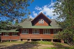 Casa di legno del villaggio in una zona rurale Fotografia Stock Libera da Diritti