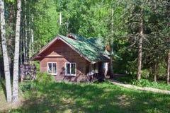 Casa di legno del villaggio in una zona rurale Immagine Stock