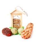 Casa di legno dell'alimentatore dell'uccello con alimento immagine stock libera da diritti
