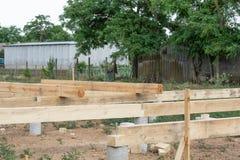 Casa di legno della costruzione della fondazione su pali fotografie stock libere da diritti