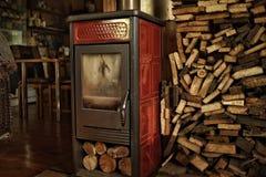 casa di legno della fornace all'interno della stanza rossa della legna da ardere fotografie stock