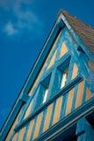 Casa di legno dipinta in blu sotto cielo blu fotografie stock