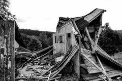 Casa di legno distrutta nella campagna Immagini Stock Libere da Diritti
