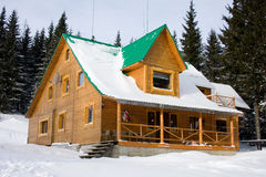 casa di legno Due-storeyed celata da neve Fotografia Stock