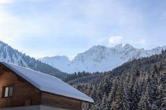 Casa di legno e panorama della montagna con neve nell'inverno nelle alpi di Stubai Fotografie Stock Libere da Diritti