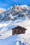Casa di legno e panorama delle alte montagne Fotografia Stock