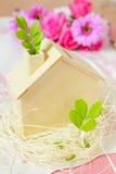 Casa di legno e pianta verde fotografia stock