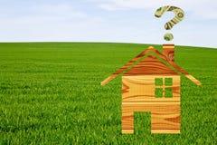 Casa di legno e punto interrogativo disegnati fatto dei dollari Fotografia Stock