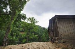 Casa di legno in foresta, casa fatta dei materiali naturali Vecchia casa di legno abbandonata casa abbandonata della foresta di e Fotografia Stock Libera da Diritti