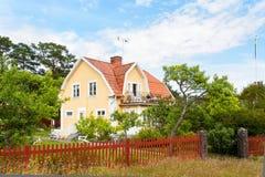 Casa di legno gialla in Svezia Fotografia Stock