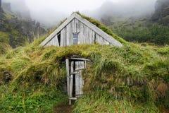 Casa di legno isolata con erba in Islanda Fotografia Stock