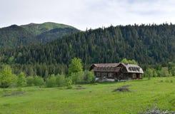 Casa di legno in montagne Immagini Stock Libere da Diritti