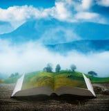 Casa di legno in montagne alle pagine del libro immagine stock