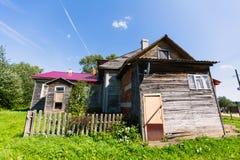 Casa di legno nel paesaggio rurale Villaggio a distanza nella Repubblica della Carelia fotografie stock libere da diritti