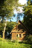 Casa di legno nella foresta dentro Fotografie Stock Libere da Diritti