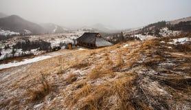 Casa di legno nella foresta di inverno Fotografie Stock Libere da Diritti
