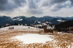 Casa di legno nella foresta di inverno Fotografie Stock