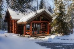 Casa di legno nella foresta di inverno Immagine Stock
